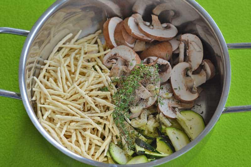 one pot pasta primavera mit zucchini und pilzen. Black Bedroom Furniture Sets. Home Design Ideas